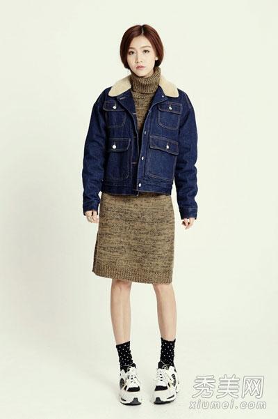 高领修身毛衣裙搭配短款牛仔外套