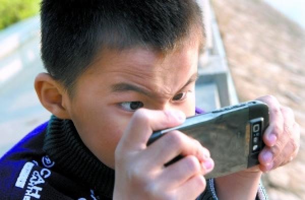 儿童眼睛近视图片